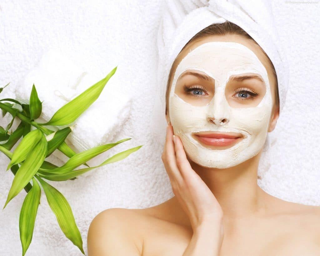 Нанесение маски для лица с пальмовым маслом