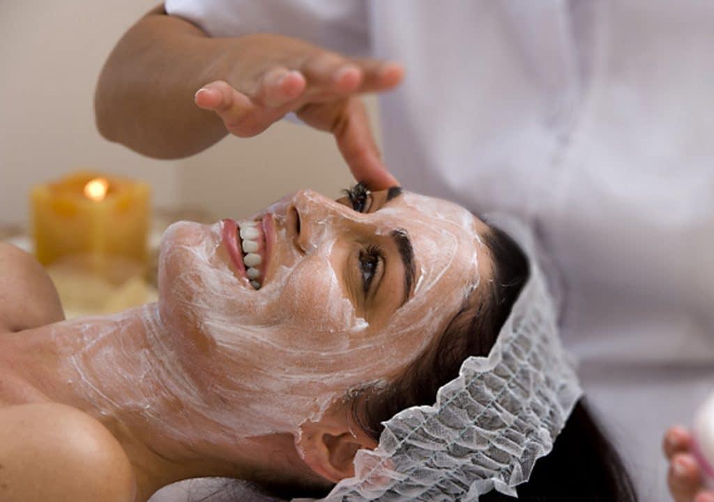 Нанесение маски с аргановым маслом и мёдом